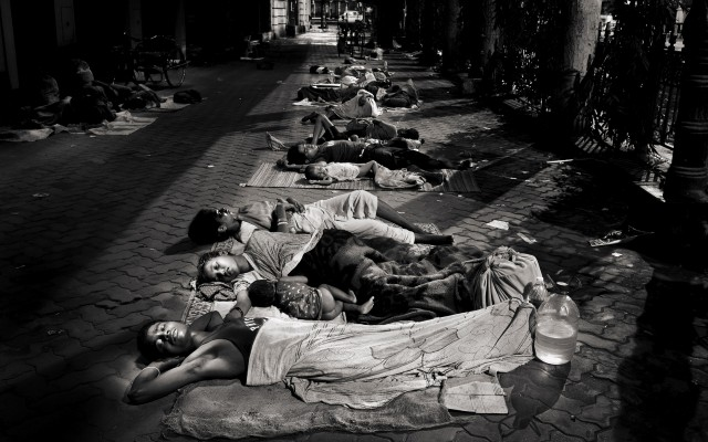 The image of the untouchables sleeping in the cities of Kolkata every night overtake and frightening. A third of the population of India lives in the city streets and every day a human mantle filled the corners and asphalt entire families sleep in the cold and wet ground by rats, crows and garbage.
